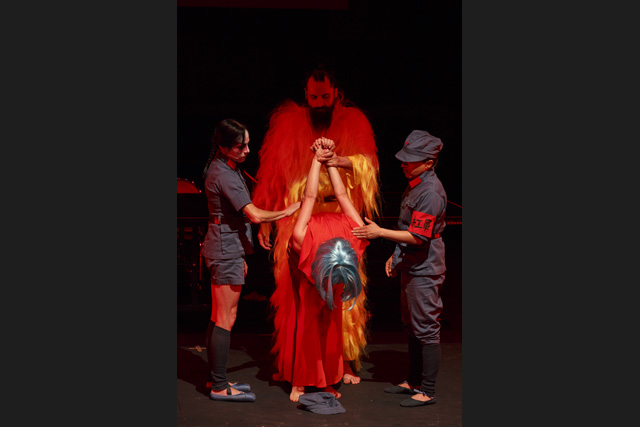La posture d'humiliation des intellectuels avant leur exécution publique. Angelica Lidell (au centre). © Christophe Raynault de Lage / Festival d'Avignon.