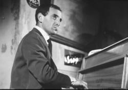 Charles Aznavour dans Tirez sur le pianiste.