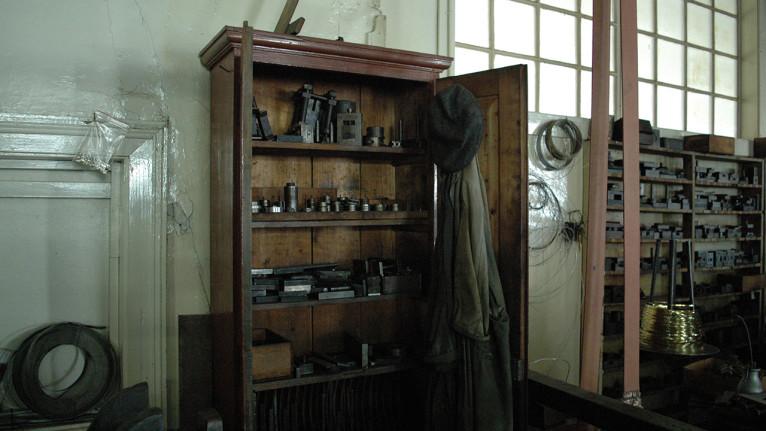 Une armoire avec différentes filières pour le banc à tirer. La veste et le béret sont d'époque ! Photo © Arnaud Sprimont.