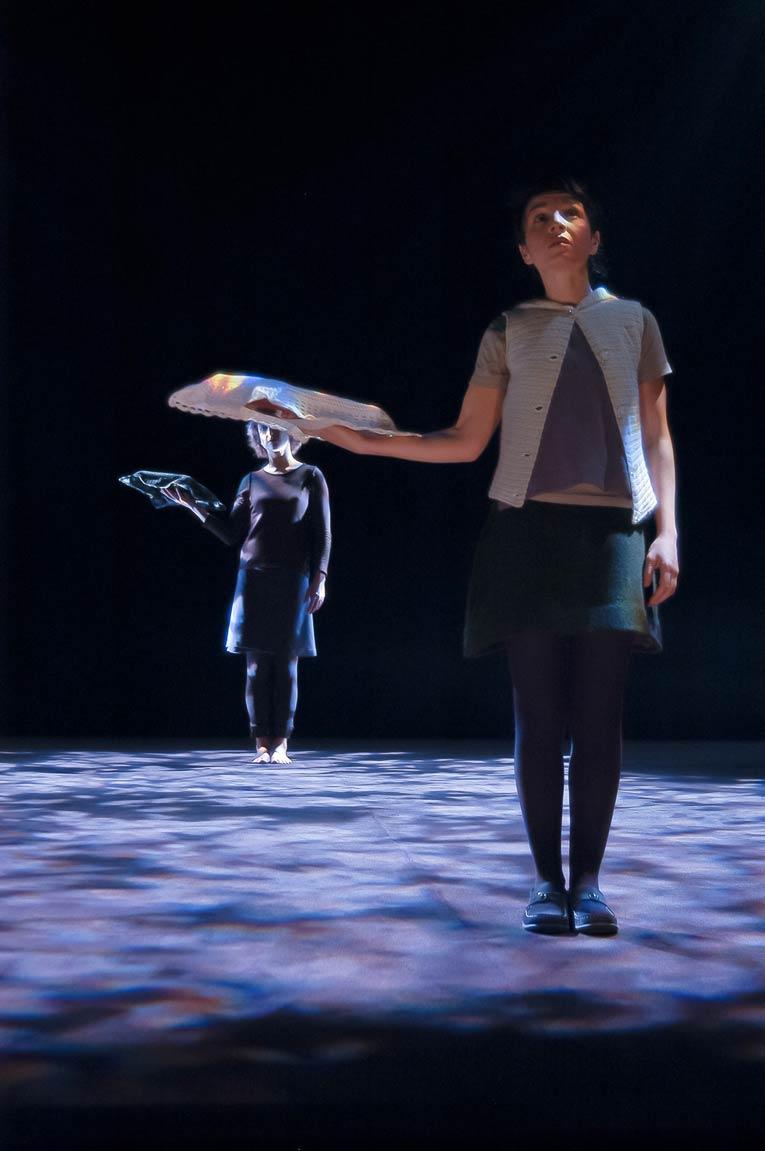 Le chaperon et son ombre, synchronisés en une joyeuse danse. Photo © Thomas Bartel.