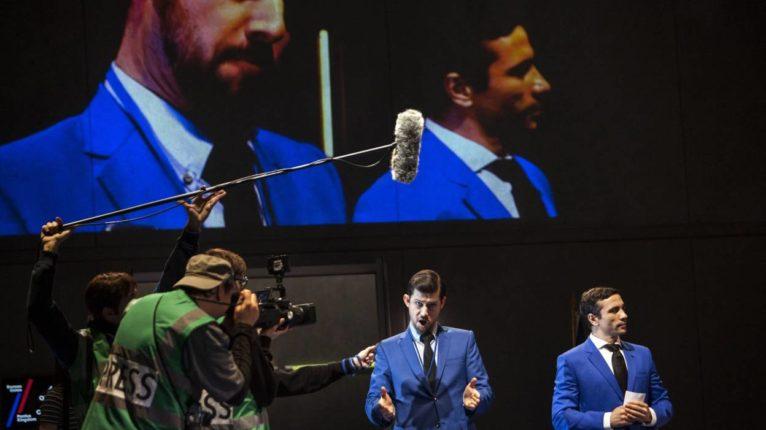 Les capacités vocales incroyables des chanteurs prenaient le pas sur le jeu assez pauvre et statique, malgré les apparitions des journalistes filmant les chefs d'État en plein débat.