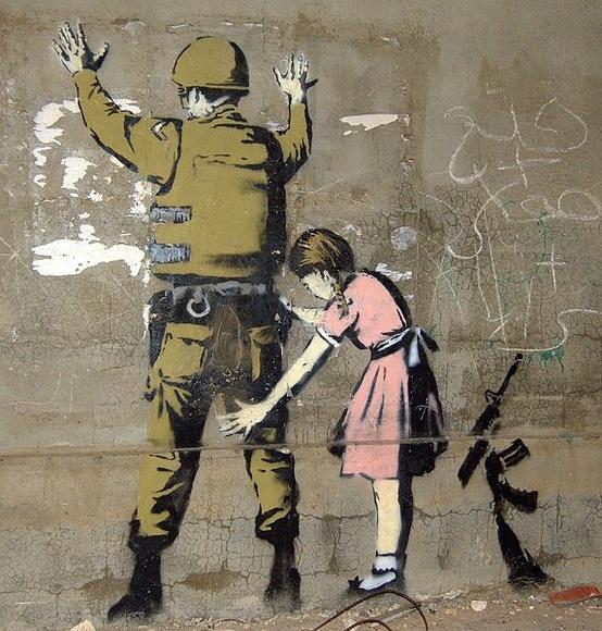 Graffiti antimilitariste de Banksy réalisé sur le mur de Béthléém.